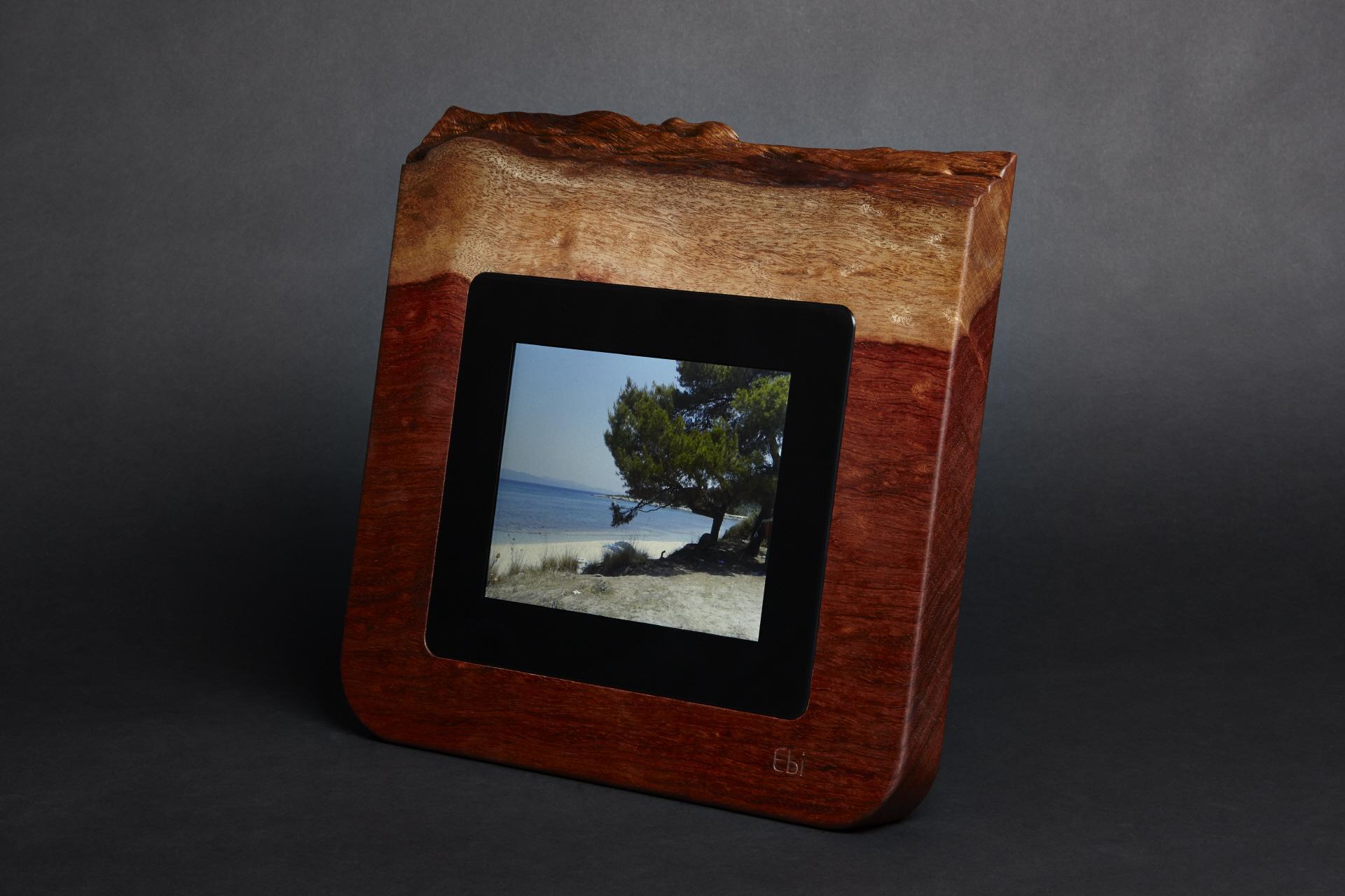 ebidesign ihr digitaler bilderrahmen in holz. Black Bedroom Furniture Sets. Home Design Ideas